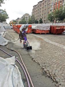 Un ouvrier désamiante la chaussée sur le précédent tronçon