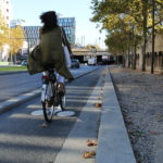 Une piste cyclable le long du tramway