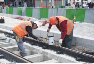 Des ouvriers travaillent sur les rails du tramway