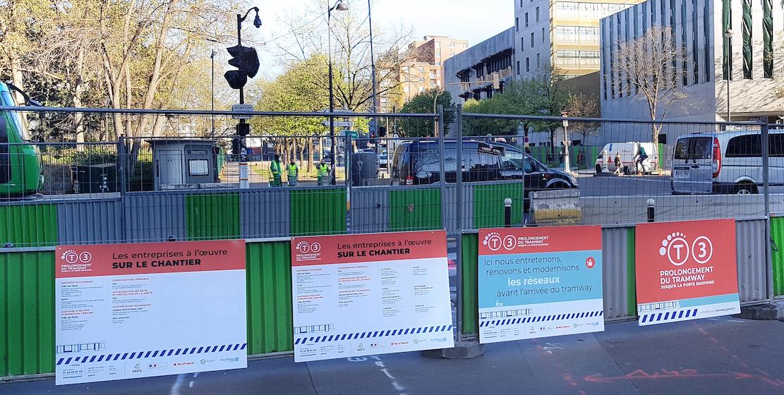 Panneaux du prolongement du tramway T3 sur le boulevard Stéphane Mallarmé